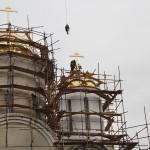 Воздвижение крестов на купола храма и колокольню.
